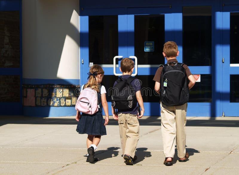 scolari che vanno dentro immagini stock