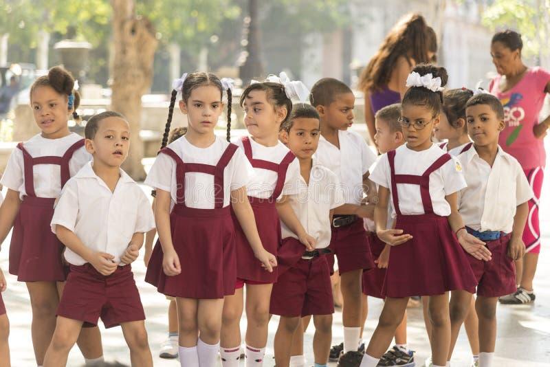 Scolari cubani che cantano Avana immagini stock libere da diritti