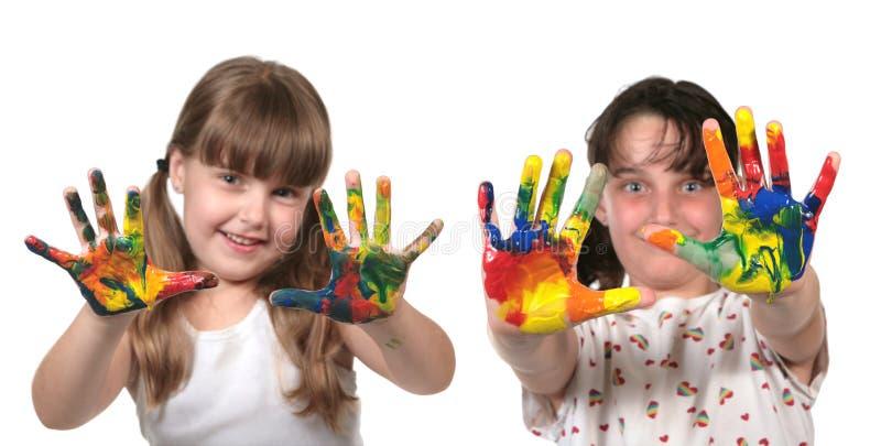 Scolari felici che verniciano con le mani fotografia stock libera da diritti