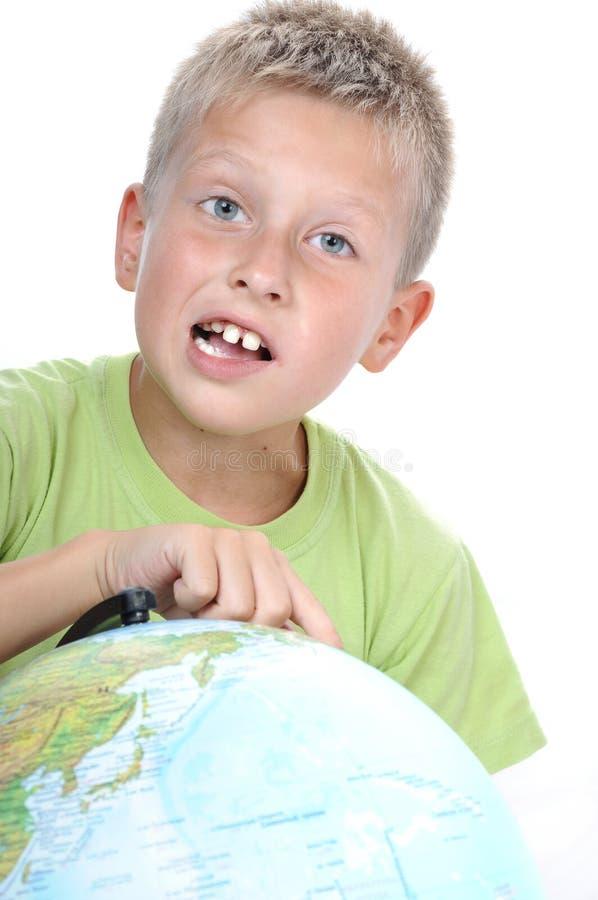 Scolaro con il globo della terra fotografie stock libere da diritti