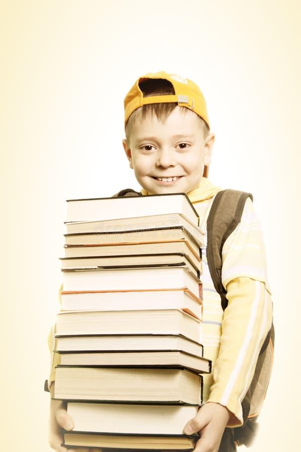 Scolaro sorridente con i libri immagini stock