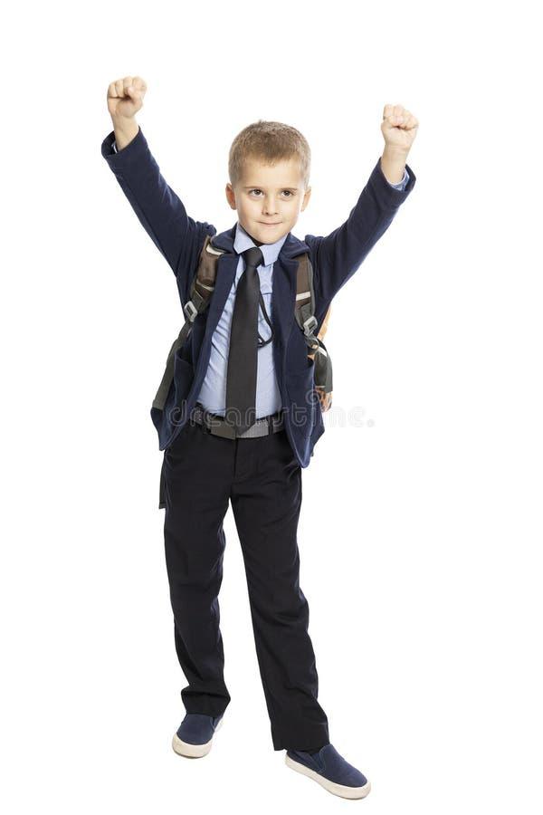 Scolaro sveglio felice con una borsa di scuola, mani su, piena crescita Isolato su una priorit? bassa bianca immagini stock