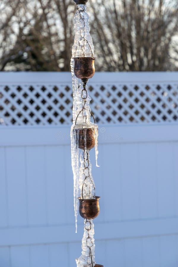 Scolo della pioggia congelato su Sunny Day immagini stock libere da diritti