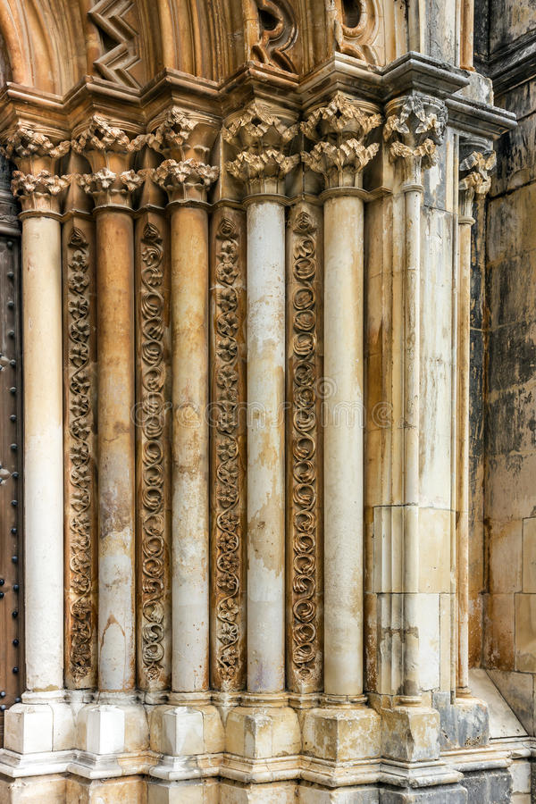 Scolpendo su una pietra nel monastero medievale domenicano di Batalha immagini stock