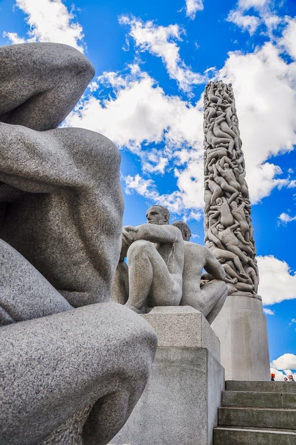 Scolpisca l'obelisco ed altre statue maschii nel parco di Vigeland, Oslo fotografia stock