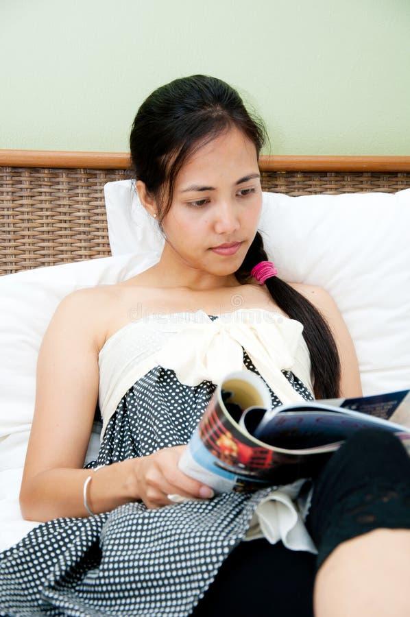 Scomparto della lettura della donna fotografia stock libera da diritti