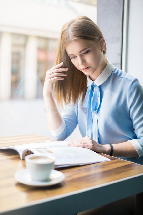 Scomparto della lettura della donna in caffè fotografie stock libere da diritti