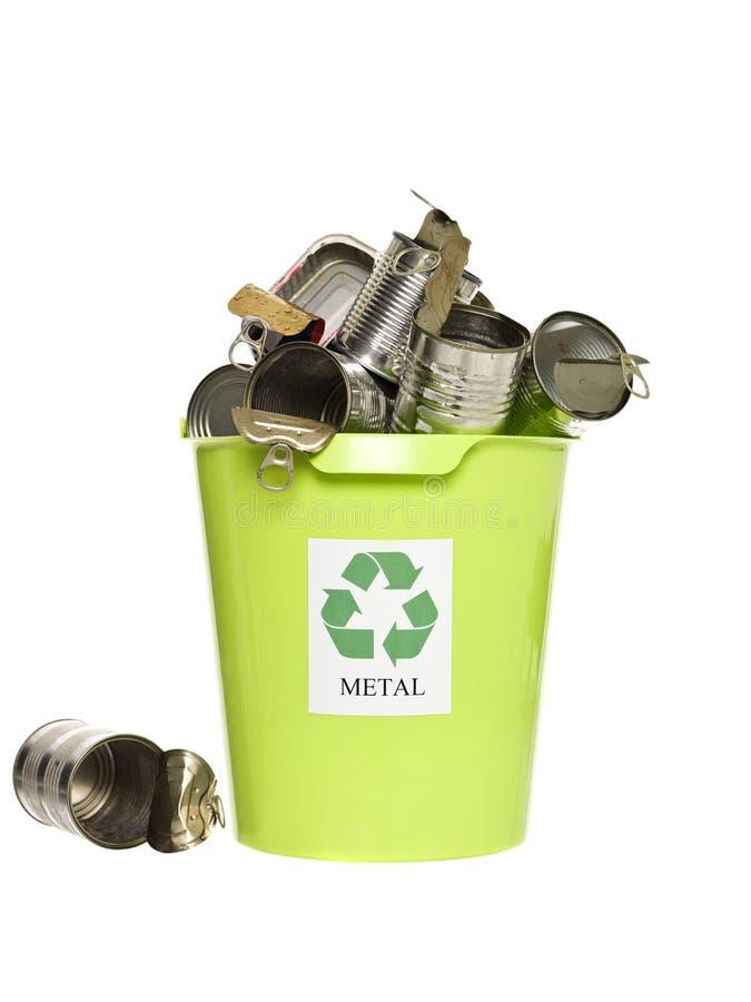 Scomparto di riciclaggio con i prodotti metalliferi fotografia stock