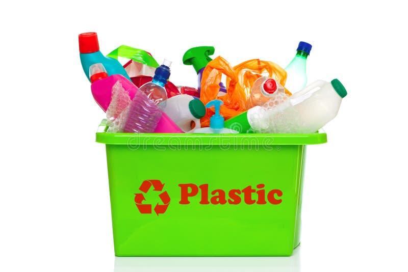 Scomparto di riciclaggio di plastica verde isolato su bianco fotografia stock libera da diritti