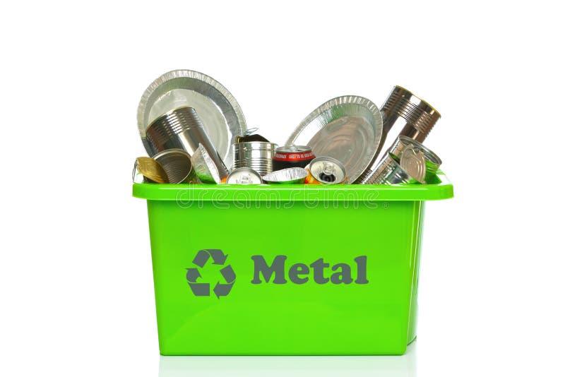 Scomparto di riciclaggio verde del metallo isolato su bianco fotografia stock