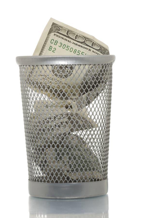 Scomparto di rifiuti della maglia con cento dollari immagine stock libera da diritti