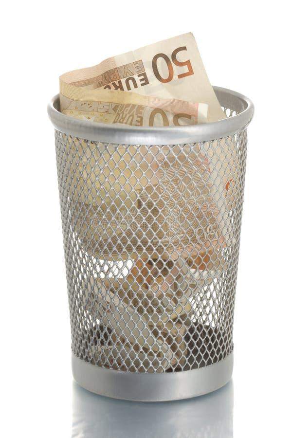 Scomparto di rifiuti della maglia con l'euro cinquanta fotografia stock