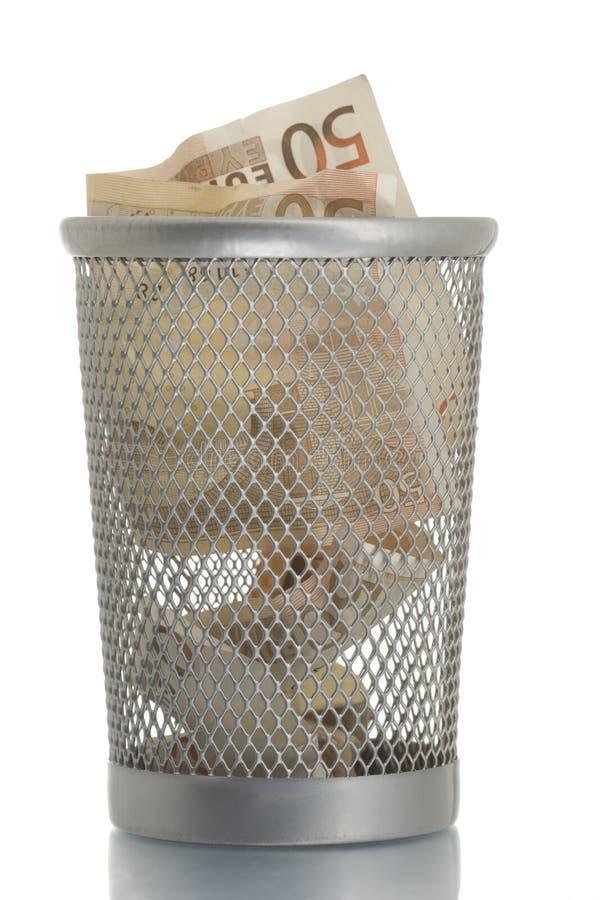 Scomparto di rifiuti della maglia con l'euro cinquanta immagini stock