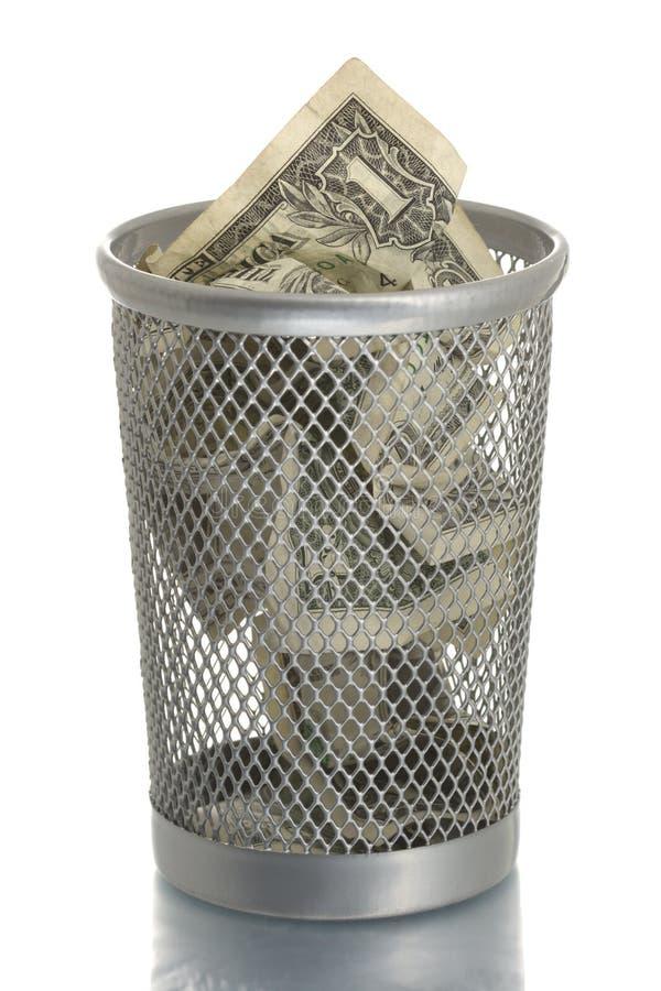Scomparto di rifiuti della maglia con la fattura del dollaro immagine stock libera da diritti