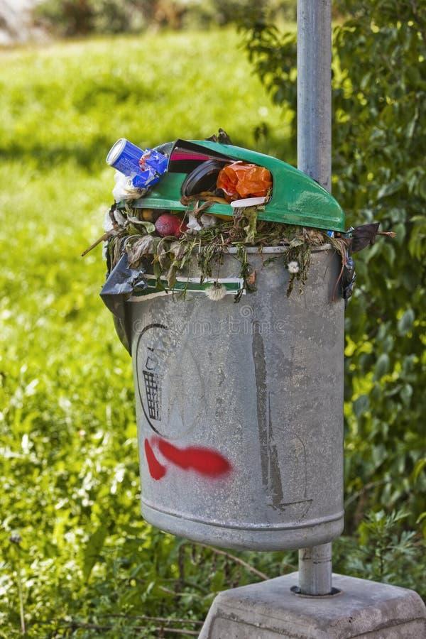 Scomparto di rifiuti pieno immagine stock libera da diritti