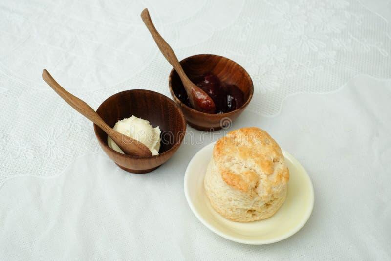 Scone avec la fraise et le beurre photographie stock libre de droits