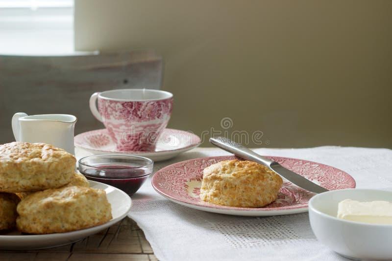 Scones con té caliente, pasteles británicos tradicionales del pan hecho en casa fotografía de archivo