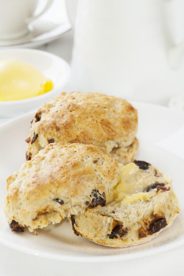 Scones de datte avec du beurre photo stock