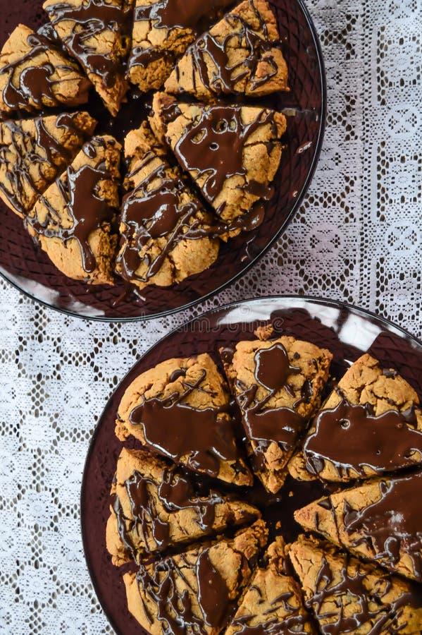 Scones de la mantequilla de cacahuete del chocolate en un tapetito imagen de archivo
