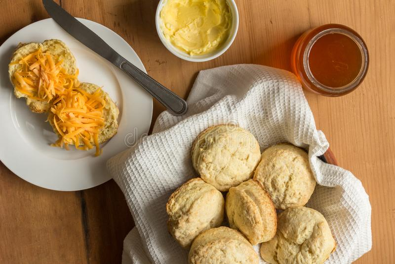 Scones, kaas en boter op houten keukenlijst - Hoogste meningsfoto stock foto