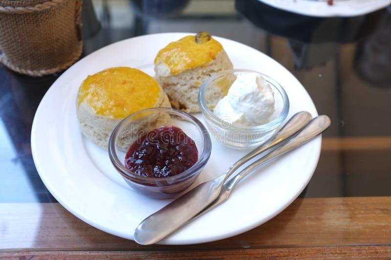 Sconesefterrätt med sötpotatisen En scones är en enkel kaka för snabbt bröd för portion royaltyfri bild