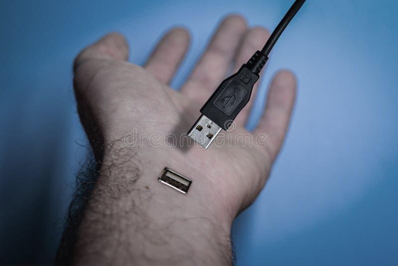 Sconnessione, mano umana disinserita da una presa di USB fotografia stock