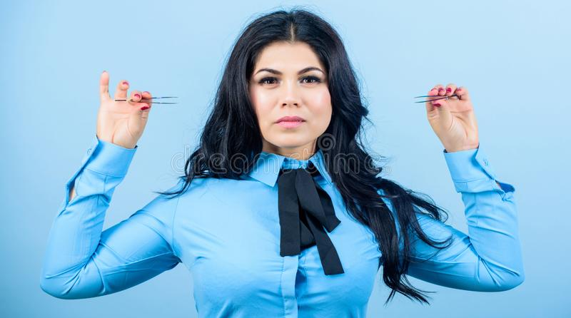 Sconti del salone di bellezza beautician Trucco permanente Correzione del sopracciglio Procedura di estensione del ciglio Donna g fotografia stock