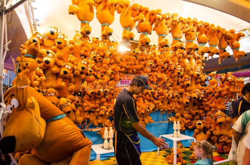 Scooby Doo狗玩偶的比赛摊赢得的奖在社区游乐园悉尼皇家复活节展示 库存图片