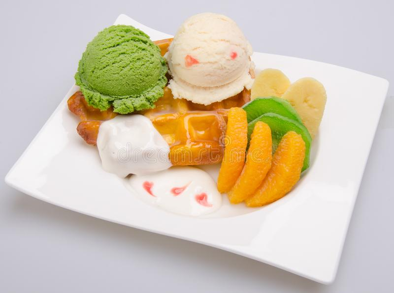 scoop de crème glacée avec la gaufre photo libre de droits
