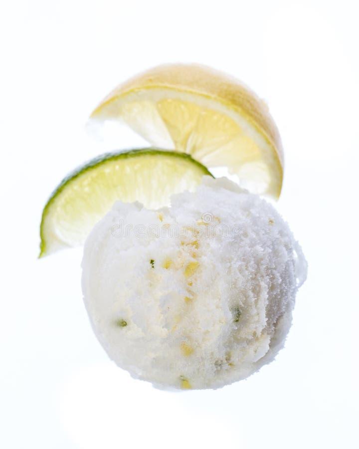 Scoop de crème glacée de citron d'isolement à l'arrière-plan blanc images libres de droits