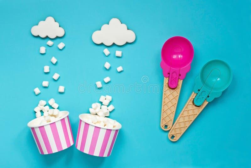 Scoop de crème glacée, tasse de papier et guimauve, concept doux de dessert photos libres de droits