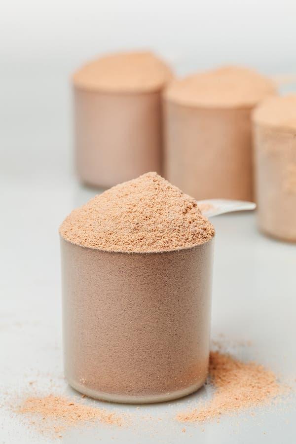 Scoop de protéine d'isolat de petit lait de chocolat photos stock