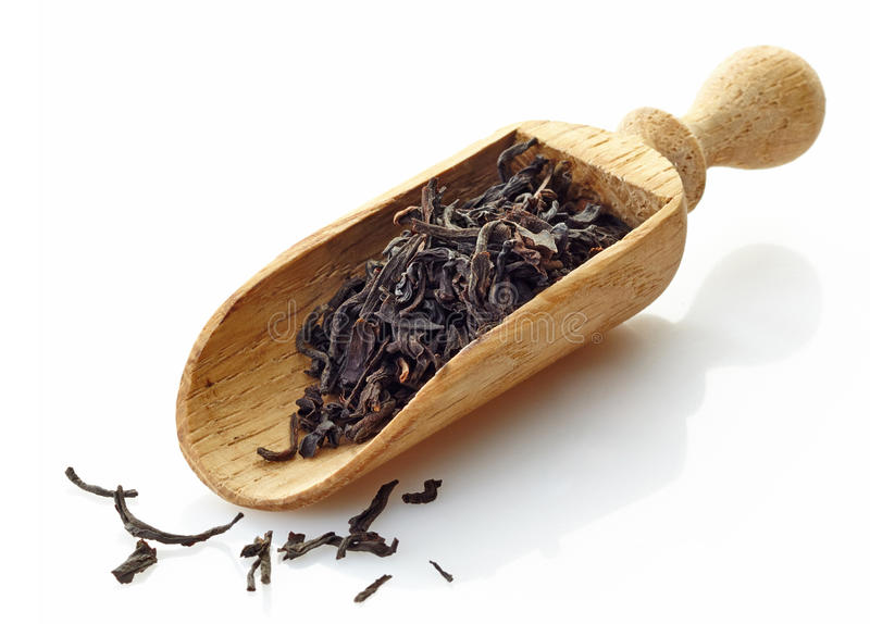Scoop en bois avec le thé noir Assam images stock