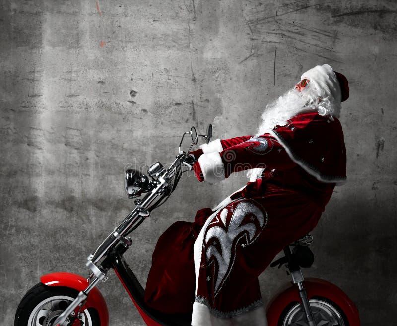 Scooter électrique de bicyclette de moto de tour de Santa Claus avec le sac complètement des présents et de l'espace de copie des image libre de droits