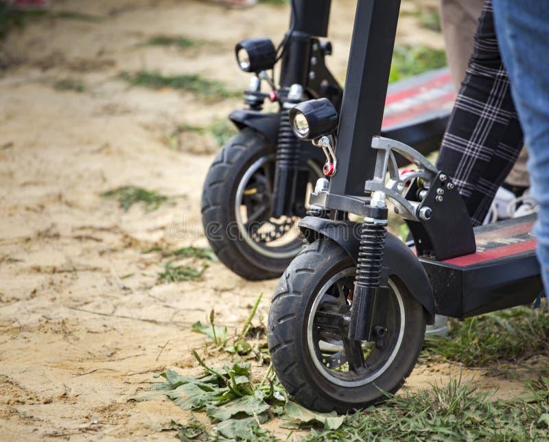 scooter électrique sur la route du village images libres de droits