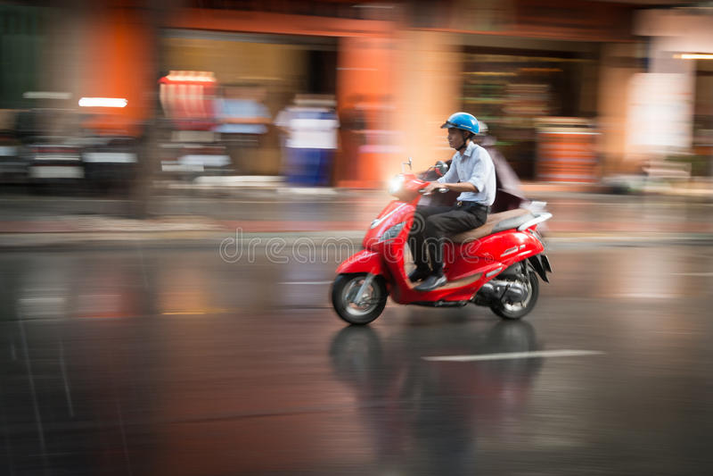 Scooter d'équitation d'homme au Vietnam, Asie photos libres de droits
