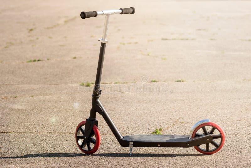 Scooter de coup-de-pied sur l'asphalte image libre de droits