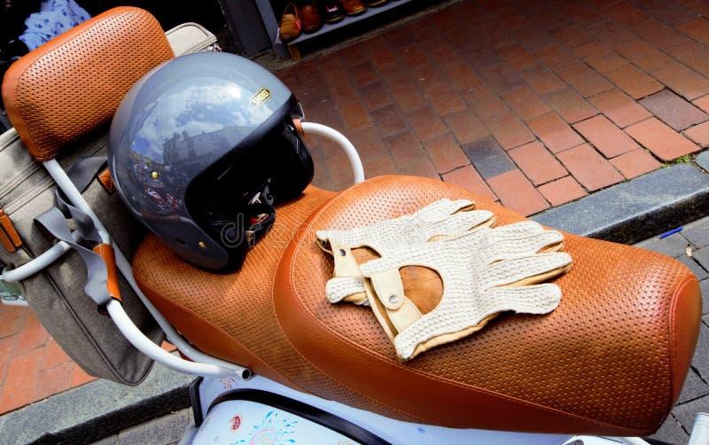 Scooter de culture de mod avec le casque et les gants image libre de droits
