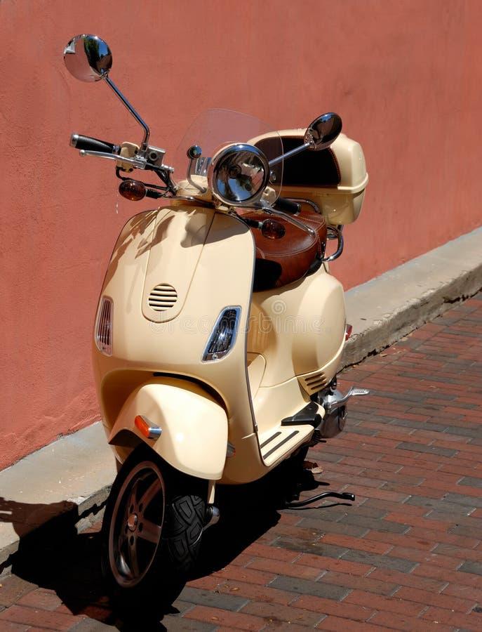 Scooter de moteur stationné image libre de droits