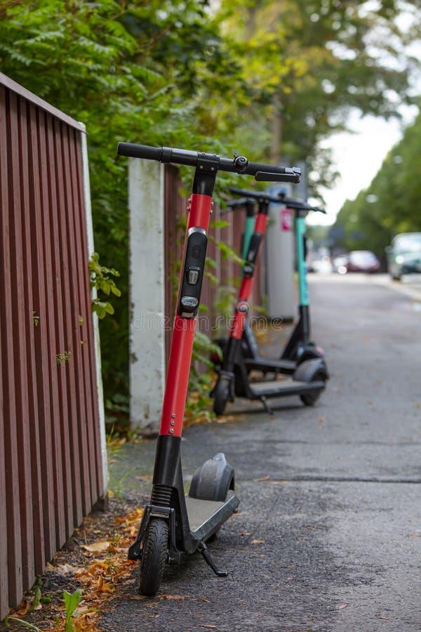 Scooter elettrici parcheggiati dall'altra parte della strada fotografia stock libera da diritti