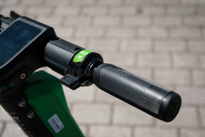 Scooter, escooter ou e-scooter électrique du tour partageant la CHAUX de société sur le trottoir photos libres de droits