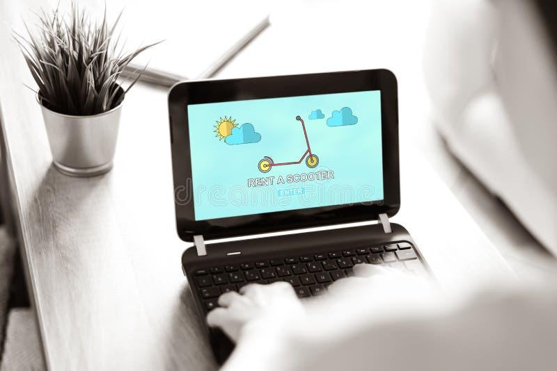 Scooter-Mietkonzept auf Laptop-Bildschirm stockfotos