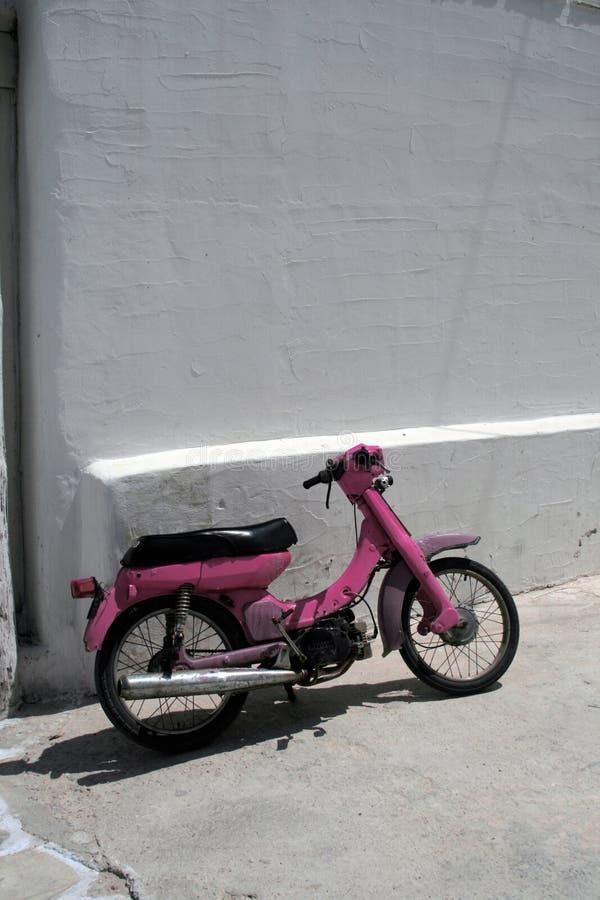Scooter rose, Grèce photo libre de droits