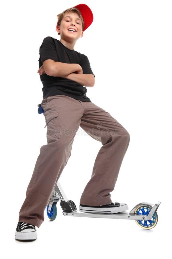 Scooter se reposant de guidons de garçon image libre de droits