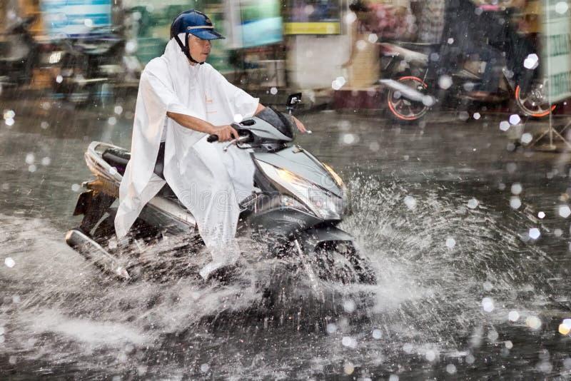 Scooter sous la pluie image stock