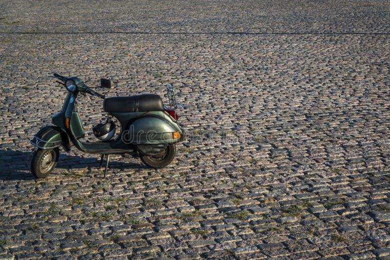 Scooter sur des pavés ronds image stock