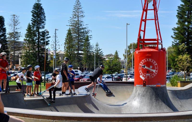Scootering alla plaza della gioventù del lungomare immagini stock libere da diritti