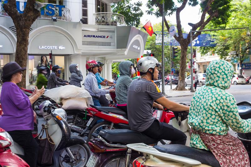 Scooters attendant à Hanoï, Lacoste et Air France photographie stock libre de droits