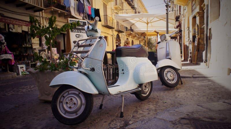 Scooters de vélomoteur sur la rue photos libres de droits
