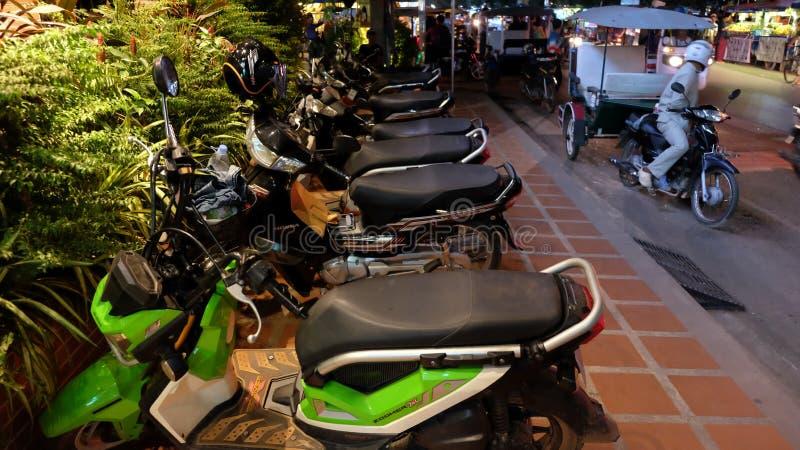 Scooters op de stoep, nacht worden geparkeerd die royalty-vrije stock foto